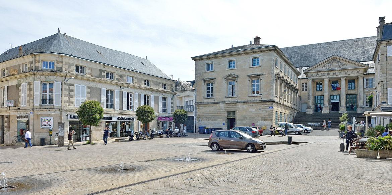 Place alphonse lepetit h tel de ville poitiers for Piscine poitiers